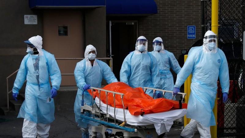 Các nhân viên y tế Mỹ đang vận chuyển thi thể một bệnh nhân mắc Covid-19 tại bang New York. Ảnh: Reuters