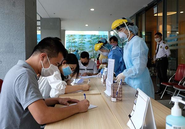 Khách hàng khai báo thông tin về dịch tễ khi đến Bệnh viện Việt Pháp.