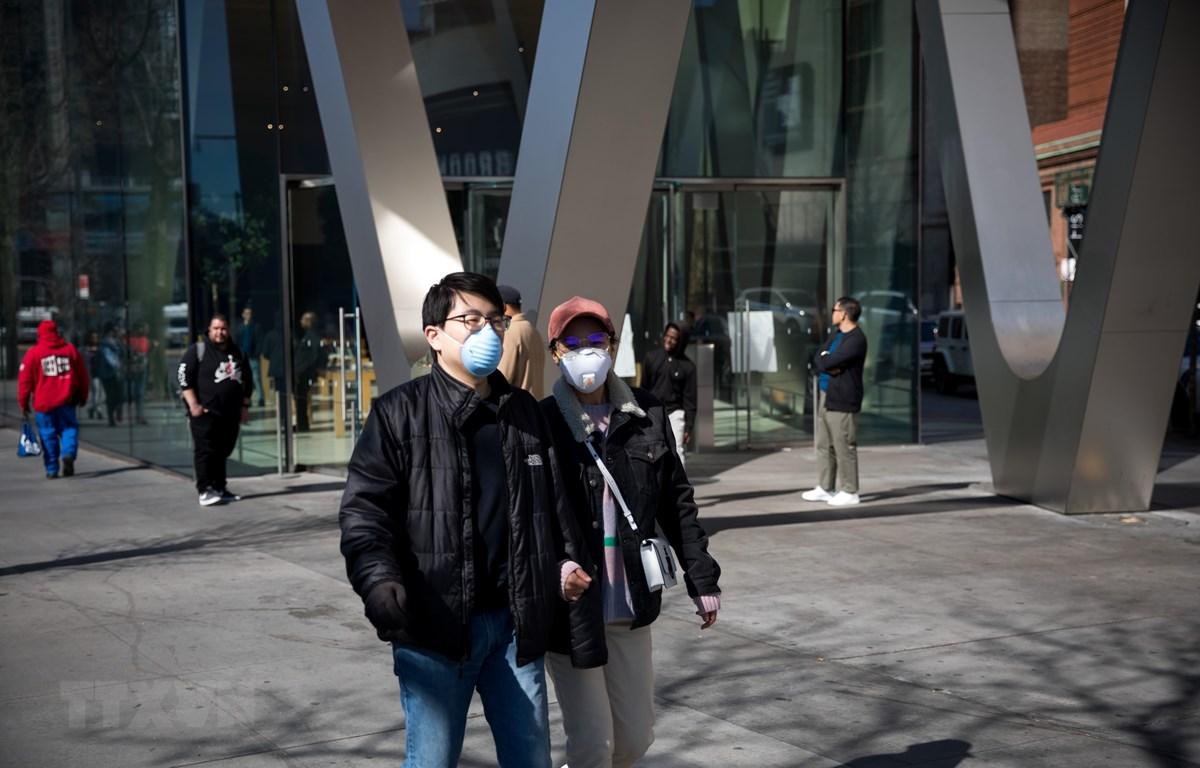Người dân đeo khẩu trang phòng dịch COVID-19 tại thành phố New York, Mỹ ngày 15-3-2020. (Ảnh: AFP/TTXVN)