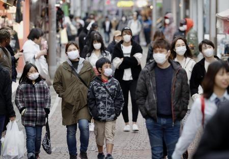 Người dân đeo khẩu trang để phòng tránh lây nhiễm COVID-19 tại Tokyo, Nhật Bản, ngày 5-4-2020. Ảnh: Kyodo- TTXVN