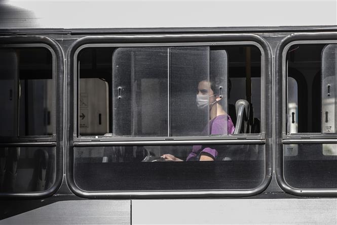 Người dân hạn chế đi phương tiện công cộng tại Brazil. Ảnh: AFP
