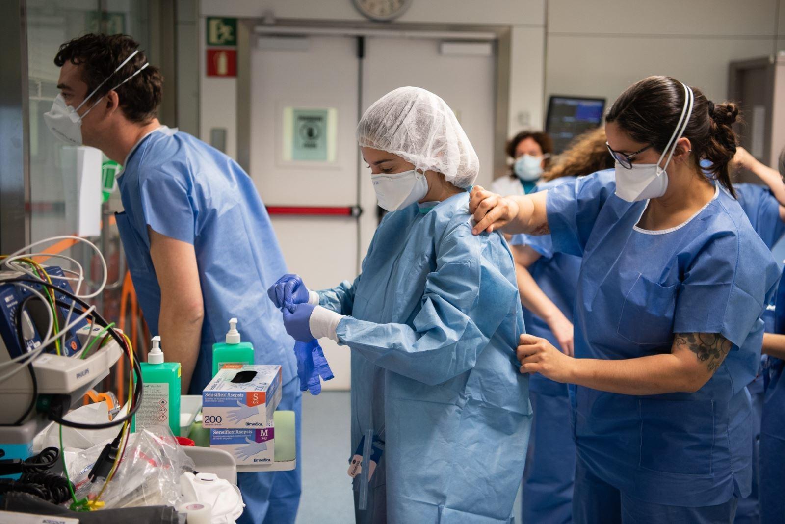 Nhân viên y tế làm việc tại bệnh viện điều trị cho bệnh nhân nhiễm COVID-19 ở Barcelona, Tây Ban Nha. Ảnh: THX- TTXVN
