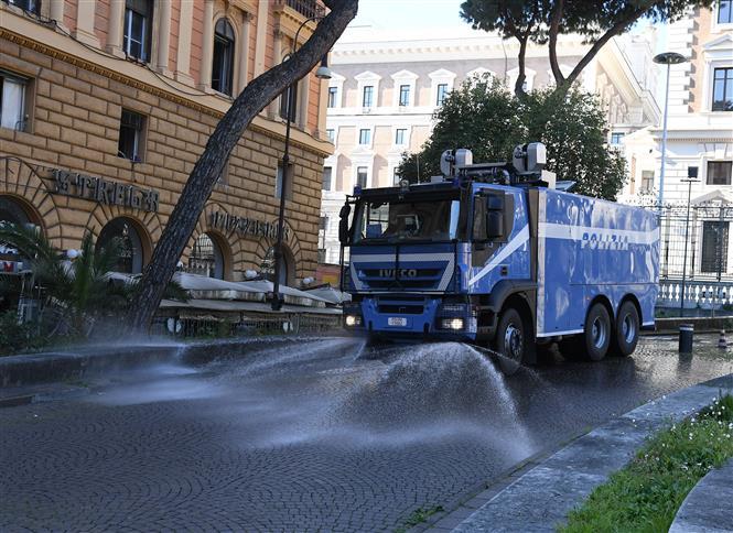Phun thuốc khử trùng nhằm ngăn chặn sự lây lan của COVID-19 tại Rome, Italy. Ảnh: THX- TTXVN