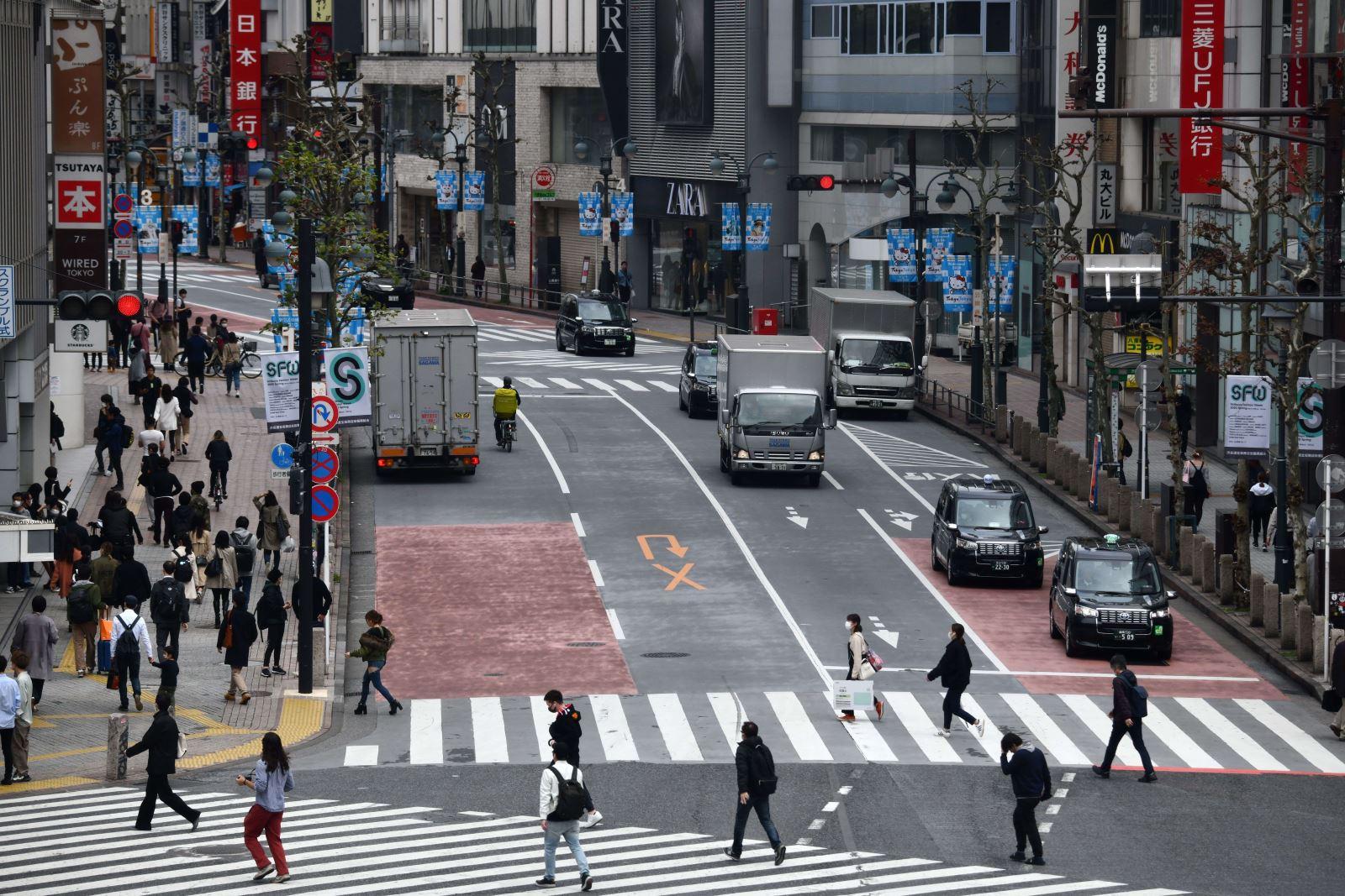 Người dân di chuyển trên đường phố tại Tokyo, Nhật Bản trong bối cảnh dịch COVID-19 lan rộng. Ảnh: AFP- TTXVN