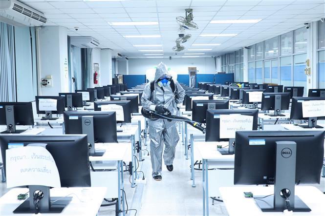 Khử trùng văn phòng làm việc tại Thái Lan. Ảnh: THX-TTXVN