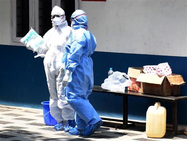 Nhân viên y tế làm việc tại khu vực cách ly tại bệnh viện ở Kochi, Kerala, Ấn Độ. Ảnh: THX/TTXVN