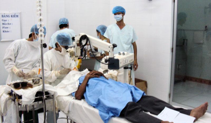 Câu lạc bộ Gương điển hình học tập và làm theo Bác của Bệnh viện Đa khoa huyện Ba Tri luôn hết lòng chăm sóc bệnh nhân. Ảnh: Minh Đức