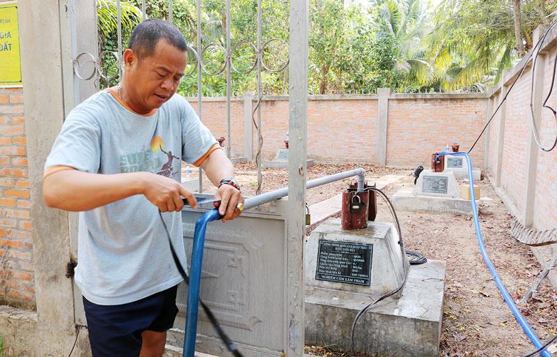 Lực lượng lắp đặt 2 máy bơm tại mạng lưới quan trắc nước dưới đất quốc gia để cung cấp nước ngọt cho dân.