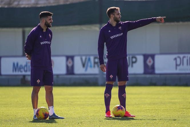 Cutrone (phải) nằm trong số những cầu thủ của Fiorentina nhiễm COVID-19