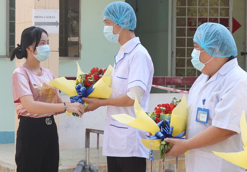 Bệnh nhân M.T.N.T đã tặng hoa và cảm ơn các cho y, bác sĩ.