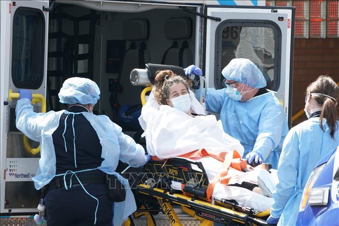 Chuyển bệnh nhân nhiễm COVID-19 tới bệnh viện Wyckoff ở Brooklyn, New York (Mỹ) ngày 5-4-2020. Ảnh: AFP/TTXVN