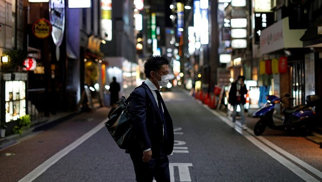Người dân Tokyo đeo khẩu trang ra đường phố để phòng chống dịch Covid-19. Ảnh: AFP.