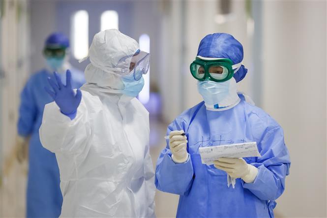 Các y tá trao đổi công việc tại bệnh viện ở Vũ Hán, tỉnh Hồ Bắc, Trung Quốc. Ảnh: THX/TTXVN