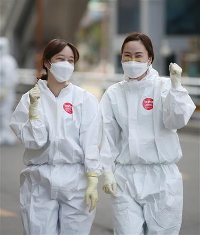 Nhân viên y tế tại một bệnh viện ở thành phố Daegu, Hàn Quốc ngày 30-3-2020. Ảnh: Yonhap/TTXVN