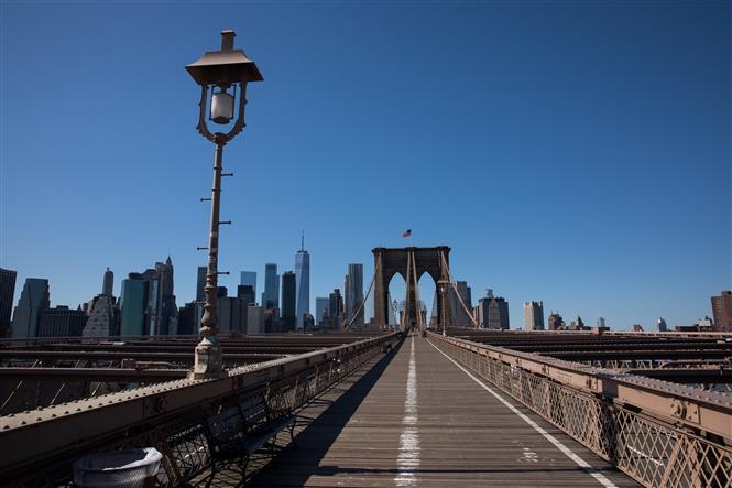 Trên Cầu Brooklyn ở New York, Mỹ vắng người qua lại do dịch COVID-19 ngày 27-3-2020. Ảnh: THX/TTXVN