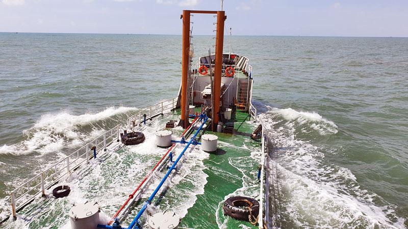 Tàu 937 chở 300 nghìn lít nước ngọt bằng đường biển và đường sông đến Bến Tre.