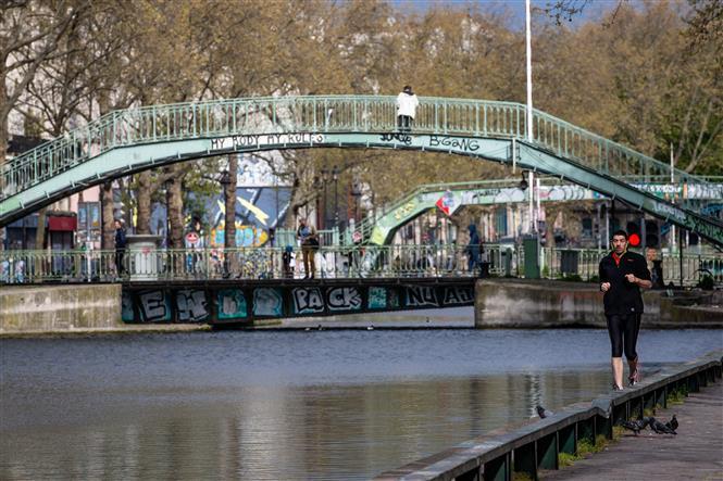 Người dân tập thể dục tại Paris, Pháp ngày 6-4-2020 trong bối cảnh dịch COVID-19 lan rộng. Ảnh: THX/TTXVN