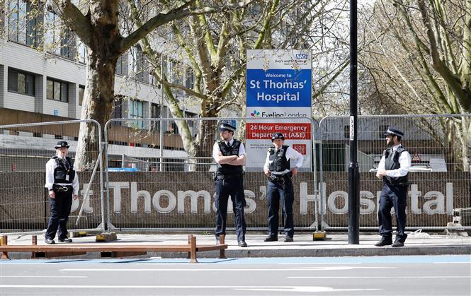 Cảnh sát Anh gác bên ngoài bệnh viện St Thomas ở London, nơi Thủ tướng Boris Johnson đang được điều trị do nhiễm COVID-19, ngày 6-4-2020. Ảnh: AFP/TTXVN