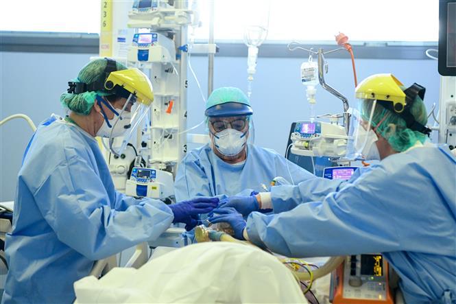 Nhân viên y tế điều trị cho bệnh nhân mắc COVID-19 tại một bệnh viện ở Bergamo, Italy ngày 3-4-2020. Ảnh: AFP/TTXVN