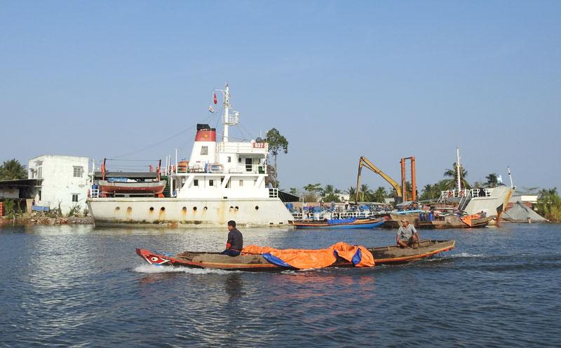 Nhân dân vận chuyển nước ngọt bằng đường sông.