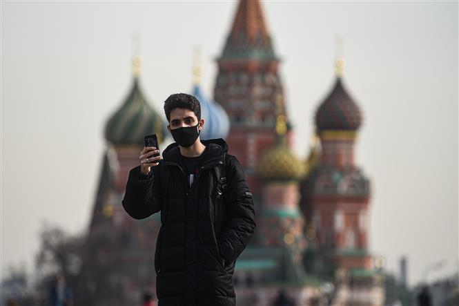 Người dân đeo khẩu trang phòng tránh lây nhiễm COVID-19 tại Moskva, Nga. Ảnh: THX/TTXVN