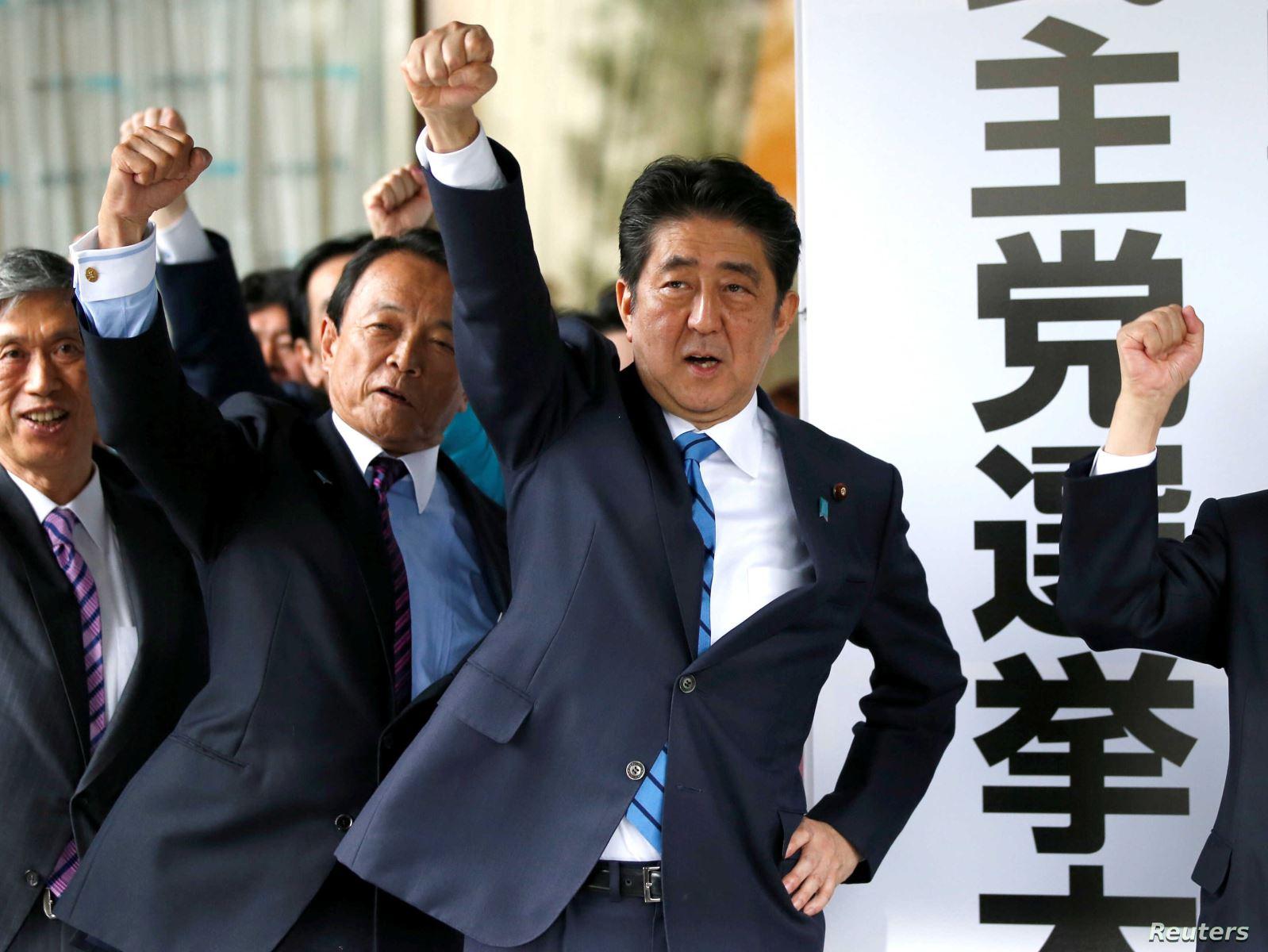 Thủ tướng Nhật Bản Shinzo Abe (trước) ban bố tình trạng khẩn cấp vì dịch COVID-19. Ảnh: Voice of America