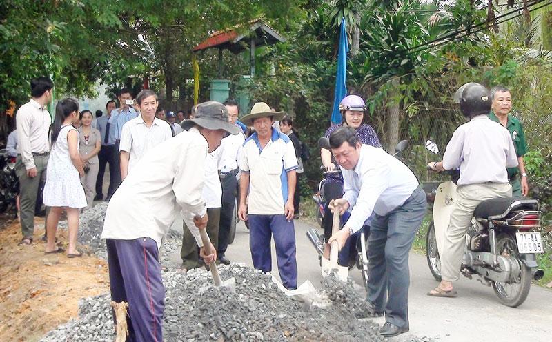 Ông Võ Thanh Hồng - Phó bí thư Thường trực Thành ủy phát động khởi công công trình đường ĐX 05 xã Phú Hưng.