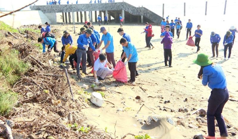 """Đông đảo đoàn viên, thanh niên tham gia chương trình """"Hãy làm sạch biển, tuyên truyền về chủ quyền biển, đảo""""."""