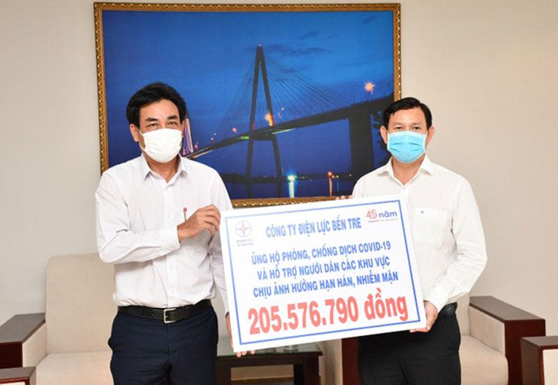 Công ty Điện lực Bến Tre trao bảng tượng trưng hỗ trợ hơn 200 triệu đồng giúp người dân phòng chống dịch Covid - 19 và hạn mặn.