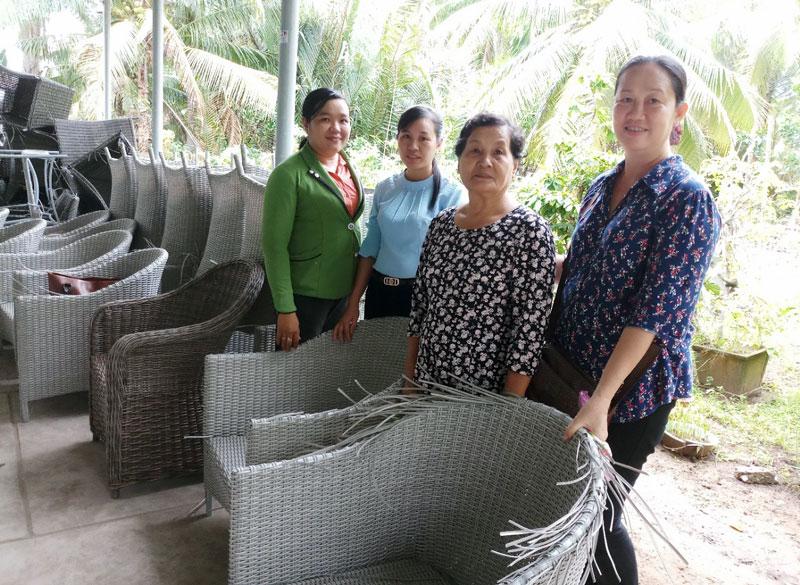 Mô hình đan ghế khung sắt bằng dây nhựa giải quyết việc làm cho nhiều phụ nữ nông thôn Mỏ Cày Nam.