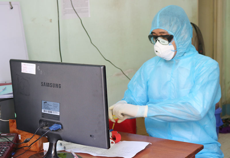 Nhân viên Trung tâm kiểm soát bệnh tật tỉnh lấy mẫu xét nghiệm Covid-19 tại Trung tâm Y tế huyện Bình Đại.