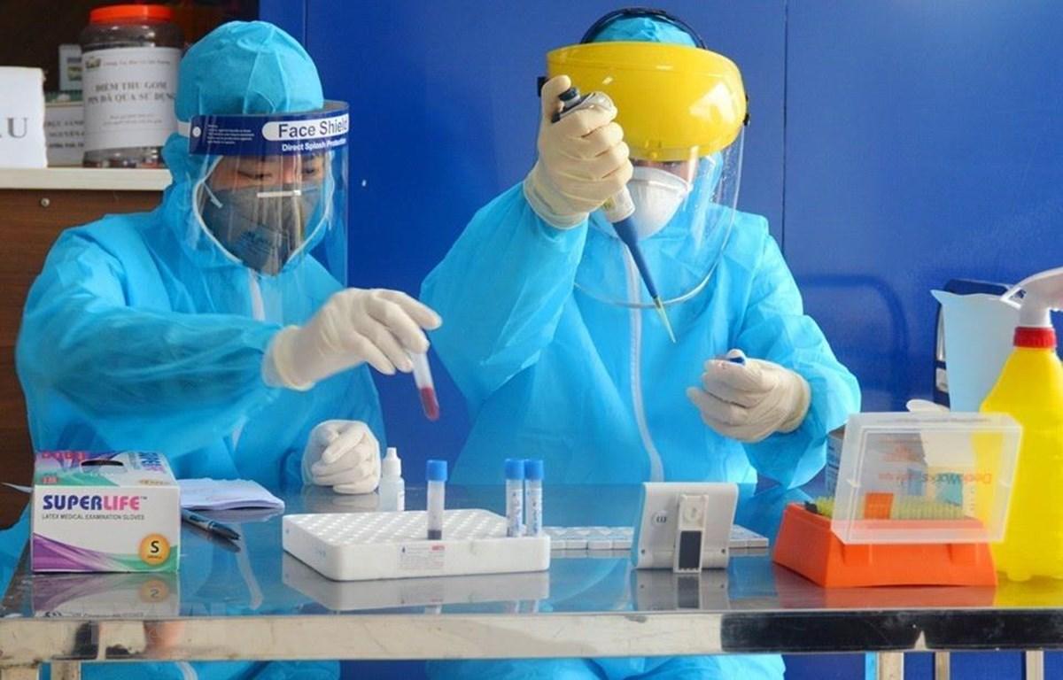 Trong ảnh: Xét nghiệm nhanh virus SARS-CoV-2 cho người dân. Ảnh: TTXVN phát