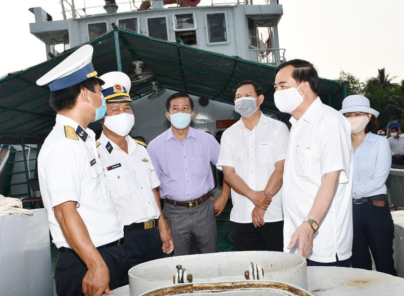 Phó bí thư thường trực Tỉnh ủy Trần Ngọc Tam tặng quà cán bộ, chiến sỹ Tàu 937.