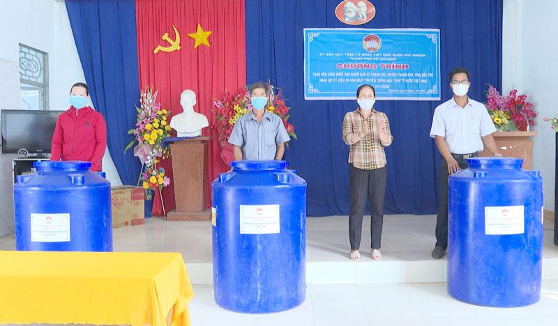 Hội LHPN huyện trao bồn trữ nước cho người dân xã Thạnh Hải. Ảnh: Văn Minh