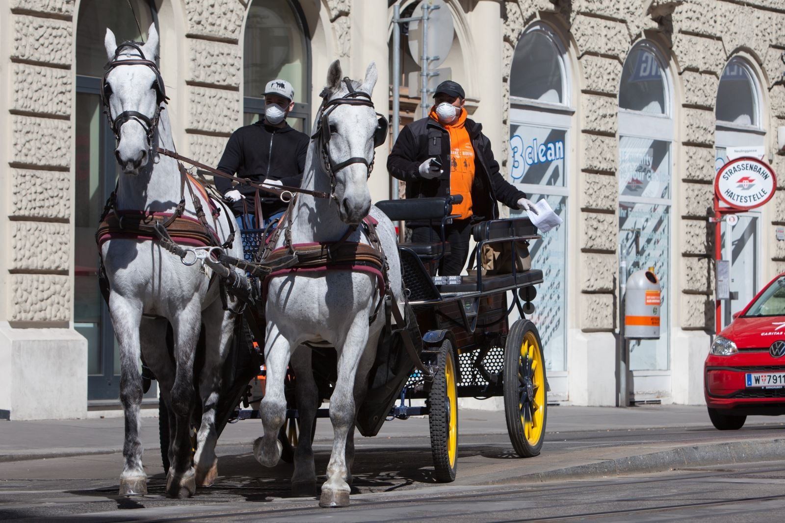 Chủ xe và xe ngựa kéo chuyển đồ ăn cho khách hàng tại Vienna, Áo giữa mùa đại dịch COVID-19. Ảnh: AFP/TTXVN