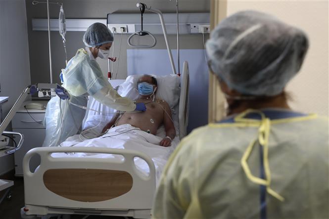 Nhân viên y tế điều trị cho bệnh nhân mắc COVID-19 tại một bệnh viện ở Bagnolet, Pháp ngày 8-4-2020. Ảnh: AFP/TTXVN