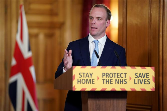 Ngoại trưởng Anh Dominic Raab phát biểu trong cuộc họp báo tại London. Ảnh: THX/TTXVN