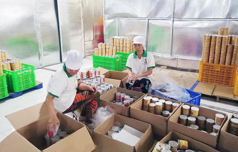 Đóng gói sản phẩm dừa sấy cung ứng cho thị trường.
