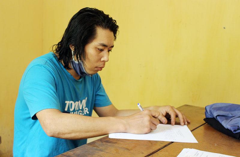 Nguyễn Châu Minh Tân tại Cơ quan Cảnh sát điều tra.
