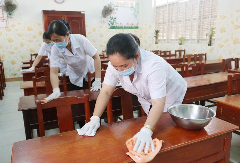 Giáo viên, bảo mẫu vệ sinh trường lớp chuẩn bị đón học sinh trở lại trường