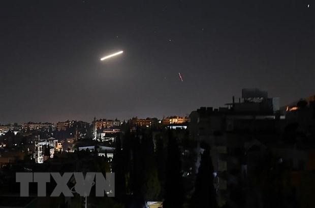 Tên lửa phòng không của Syria đánh chặn một vụ tấn công bằng tên lửa trên bầu trời Damascus. (Ảnh: THX/TTXVN)