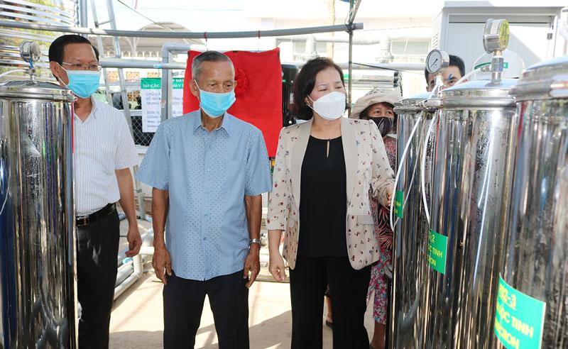 Chủ tịch Quốc hội Nguyễn Thị Kim Ngân và nguyên Phó thủ tướng Chính phủ Trương Vĩnh Trọng tham quan hệ thống lọc nước. Ảnh: Ph.Hân