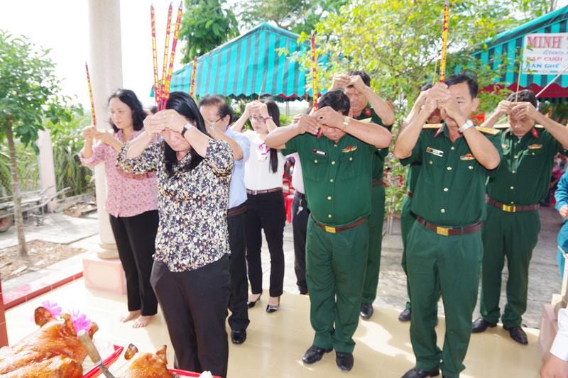 Đoàn cán bộ của Sở Lao động - Thương binh & Xã hội, Bộ CHQS tỉnh Bến Tre đã thắp hương tại lễ giổ. Ảnh: Đặng Thạch