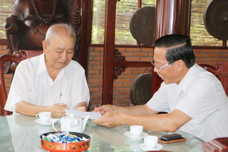 Bí thư Tỉnh ủy tặng quà ông Lê Văn Dũng