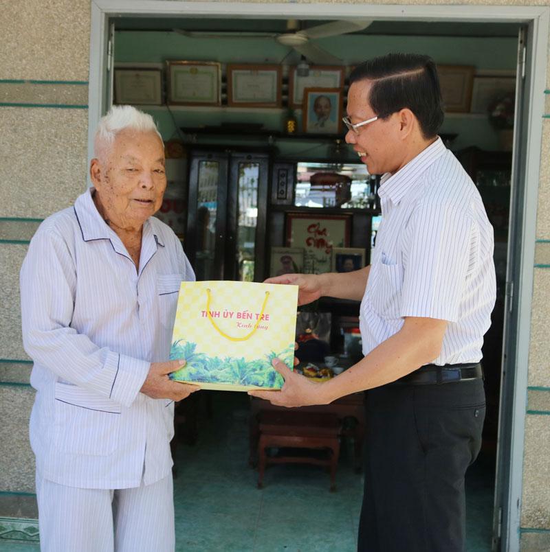 Bí thư Tỉnh ủy tặng quà ông Phan Văn Thậm