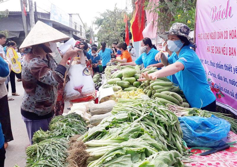 Người dân lựa chọn rau củ tại Bách Hóa 0 đồng