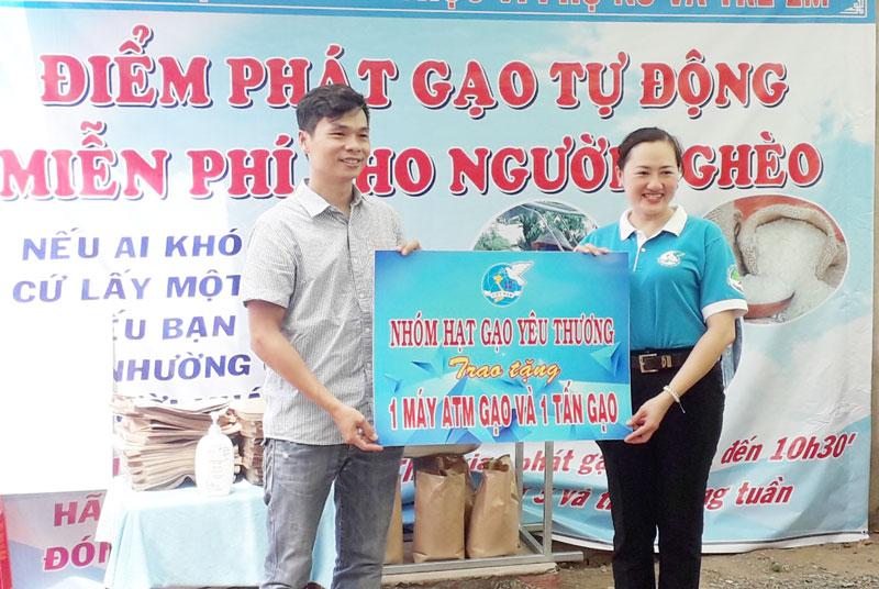 Bà Phạm Thị Thanh Thảo - Chủ tịch Hội LHPN tỉnh nhận bảng tượng trưng của đơn vị tài trợ