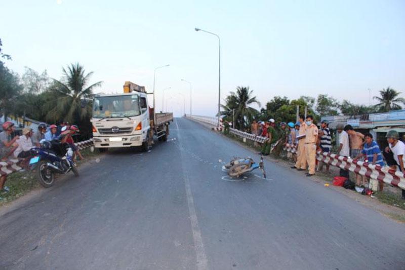 Lực lượng CSGT tiến hành khám nghiệm hiện trường vụ tai nạn giao thông trên cầu An Hóa.