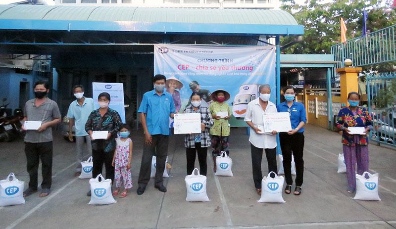 Phó chủ tịch Thường trực Liên đoàn Lao động tỉnh Trần Trung Hào tặng quà cho hộ nghèo.