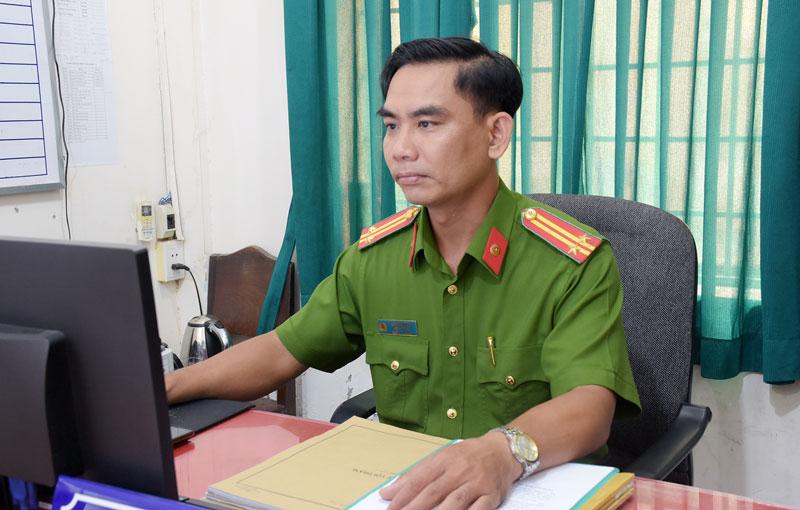 Trung tá Bùi Văn Hùng nghiên cứu hồ sơ.